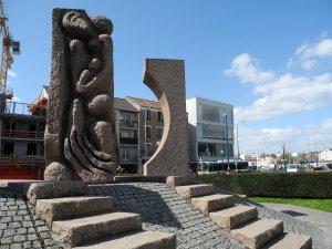 Monument commémoratif et Mémorial de la Shoah à Drancy (fond, à droite)