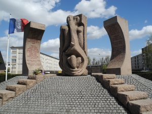 Monument commémoratif du camp de Drancy, le wagon de déportation-témoin et la cité de la Muette en arrière plan