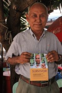 """Chum Mey présentant son livre """"Survivant"""""""