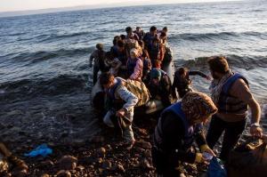 Un groupe d'Afghans arrive sur l'île de Lesbos après avoir voyagé dans un canot pneumatique de la Turquie vers la Grèce. (Photo : UNHCR / A. McConnell, 2015)