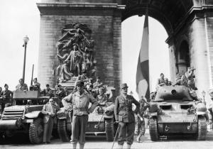 Le général Leclerc et ses troupes de la 2ème DB, sur sur les Champs-Elysées, après la libération de Paris (Georges Melamed  /  AFP/Archives)