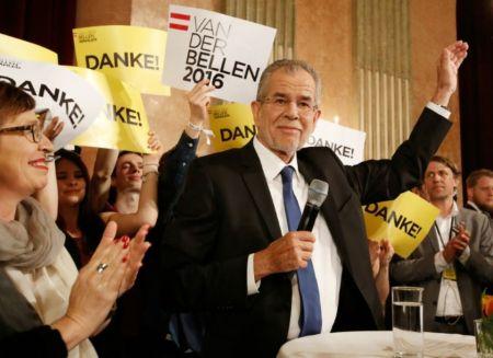878676-alexander-van-der-bellen-face-a-ses-partisans-le-22-mai-2016-a-vienne