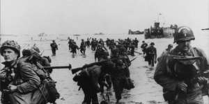 le-6-juin-1944-les-soldats-debarquent-sur-les-plages-normandes-lors-de-l-operation-overlord